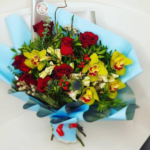 Букет из бордовых роз с орхидеями