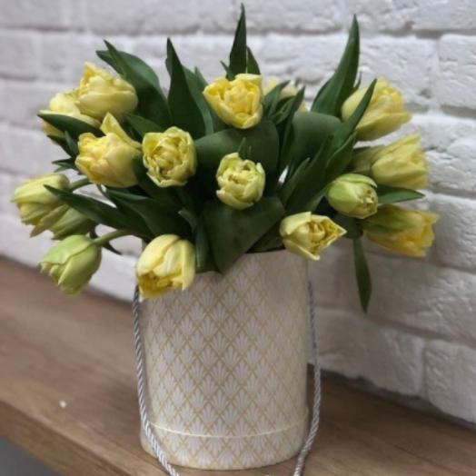 Букет в коробке с тюльпанами (21 шт)