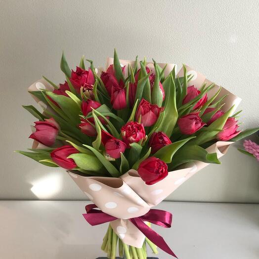 Букет 25 пионовидных малиновых тюльпанов
