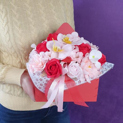 Яркий красный конверт из мыльных цветов
