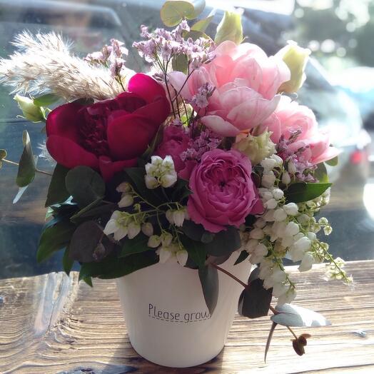 Кашпо с пионом, тюльпанами, японским пиерисом