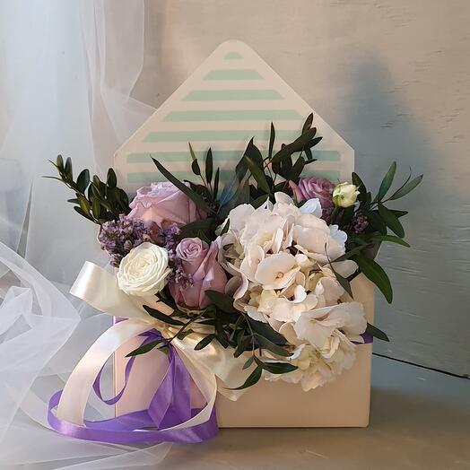 Конверт с цветочной композицией из гортензии и роз