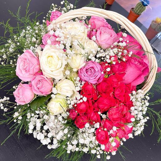 Корзина с розами и гипсофилой