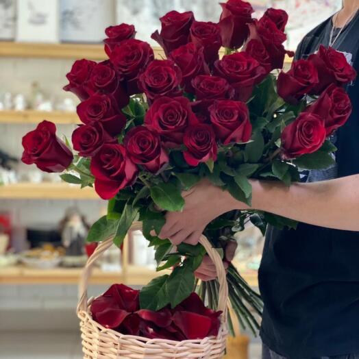 Букет Красных Роз с Корзинкой Лепестков