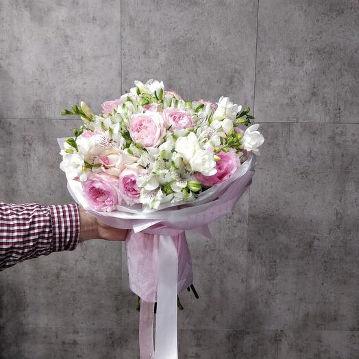 Букет из роз и альстромерий с фрезией