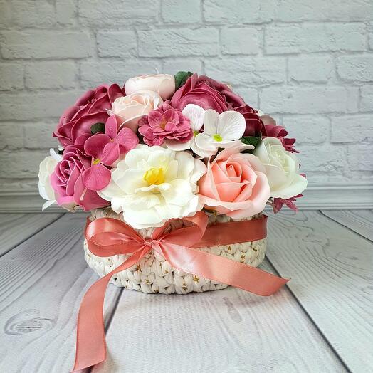 Нежная вязанная корзинка с мыльными цветами