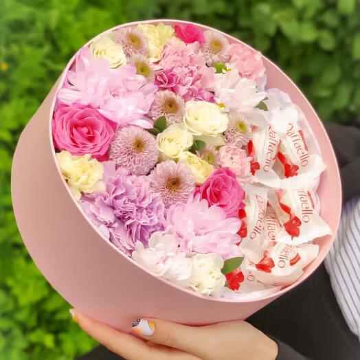 Цветы в коробке с конфетами рафаэло