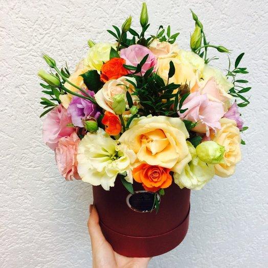 Шляпная коробка с розами и эустомой: букеты цветов на заказ Flowwow