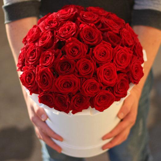 39 красных роз в белой коробке от сердца