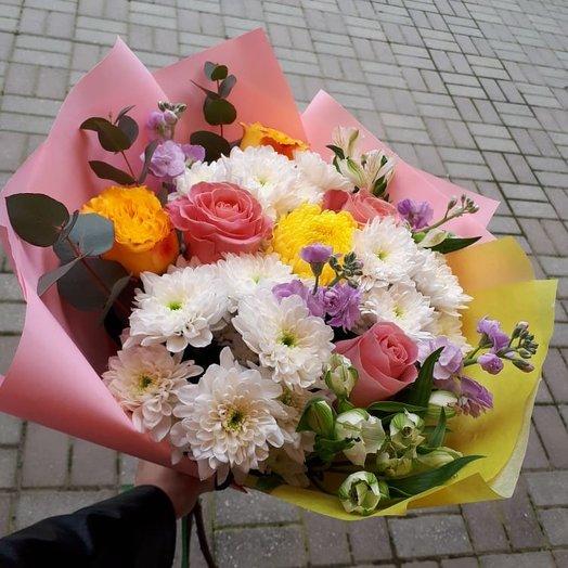 Яркий микс из роз, хризантем и альстромерий с зеленью: букеты цветов на заказ Flowwow