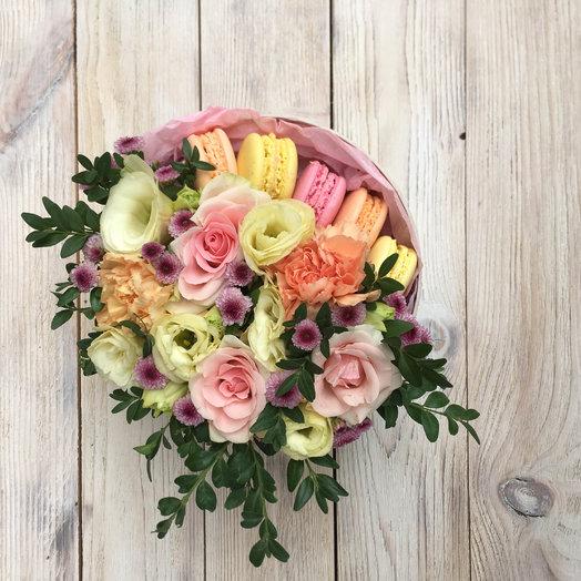 Цветочная коробочка со сладостями: букеты цветов на заказ Flowwow