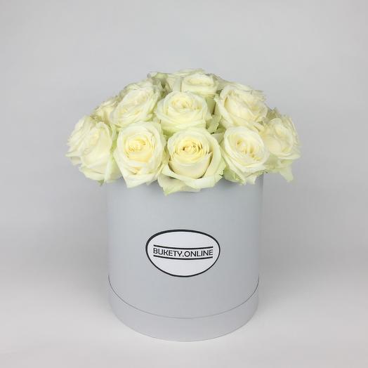 Белые розы в шляпной коробке Standart White: букеты цветов на заказ Flowwow