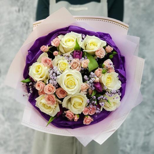 """Букет """"Последний Звонок""""  из белых роз, кустовых роз и тюльпанов"""