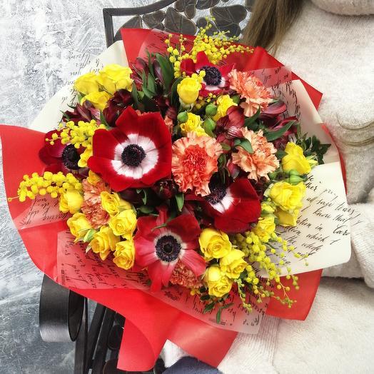 """Стильный букет из красных анемонов альстромерии и мимозы """"Влюблённость"""": букеты цветов на заказ Flowwow"""