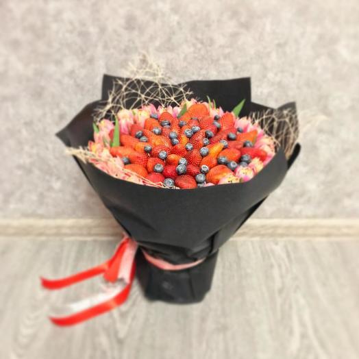 Букет клубники и тюльпанов: букеты цветов на заказ Flowwow