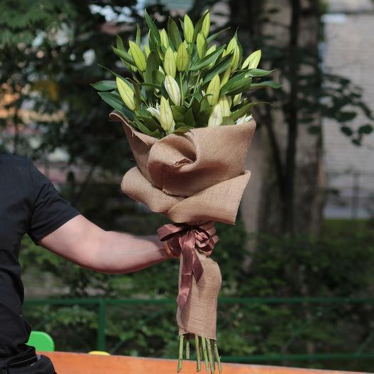 9 белых лилий в мешковине: букеты цветов на заказ Flowwow