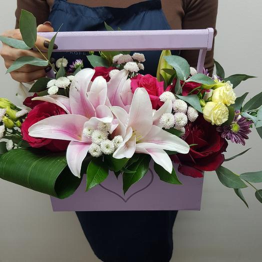 Ящик с ЛИЛИЕЙ И РОЗАМИ: букеты цветов на заказ Flowwow