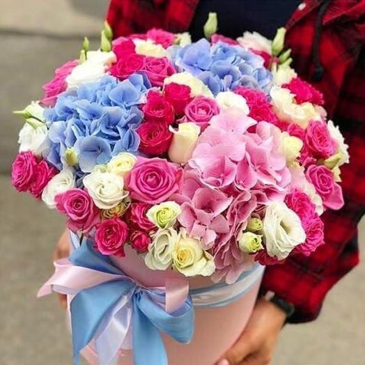 Микс из гортензий и кустовых роз в шляпной коробке: букеты цветов на заказ Flowwow