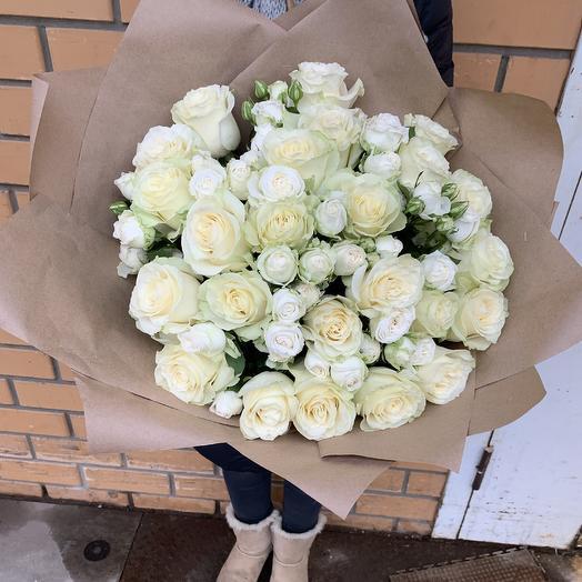 Букет из белых одноголовых роз Мондиаль и белой кустовой розы