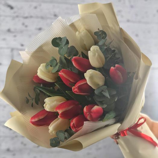 Red-white mix with eucalyptus (15 tulips)