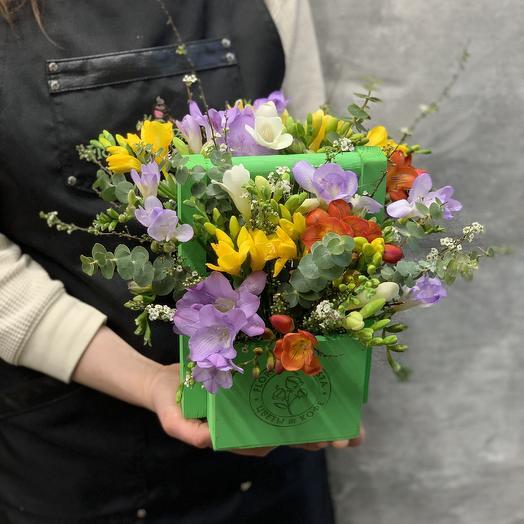 Яркий ящичек с ароматными фрезиями: букеты цветов на заказ Flowwow