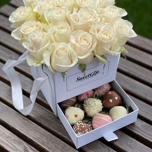 Букет шкатулка с кремовыми розами