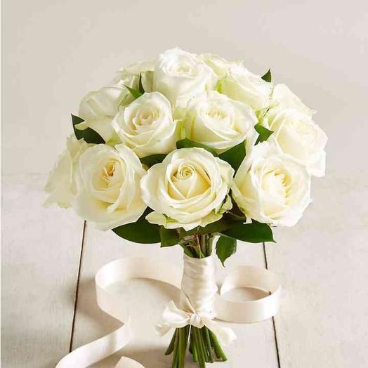 Свадебный букет из белых роз и рускуса