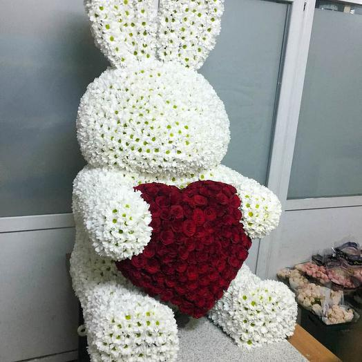 3d фигура зайца из хризантем и роз
