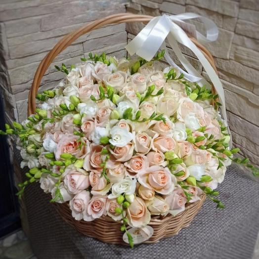 Корзина с кустовыми садовыми розами и фрезий