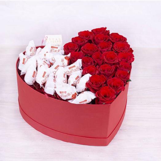 Большая коробка сердце с розами и раффаэлло