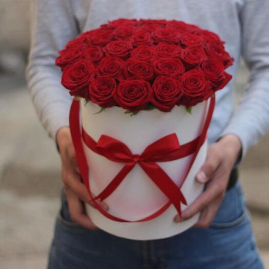 Розы Гран-при в шляпной коробке