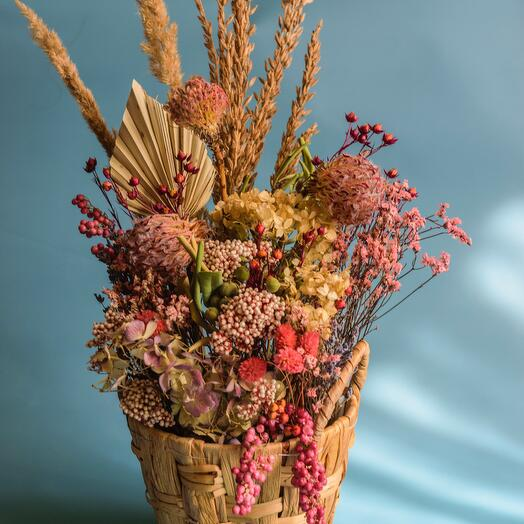 Плетенная корзина с сухоцветами и розовым перчиком