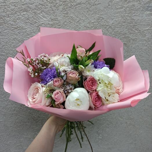 Нежный букет с пионом и ассорти цветов