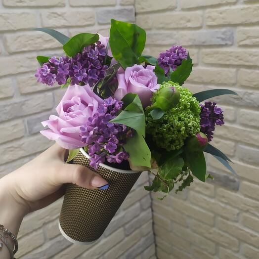 Цветы в кофейном стакане