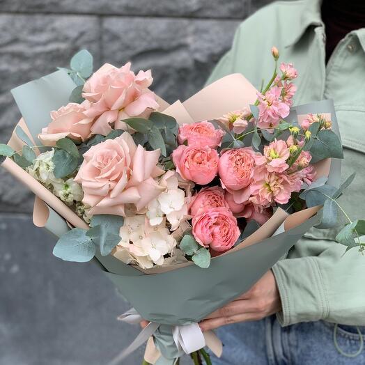 Букет «Мята и пудра» с пионовидными розами и эвкалиптом