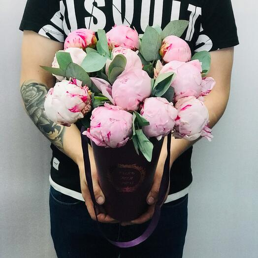 Розовые пионы в конусе