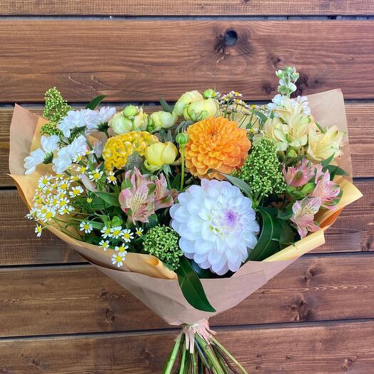 Нежный осенний букет с ароматной маттиолой и пионовидными розами