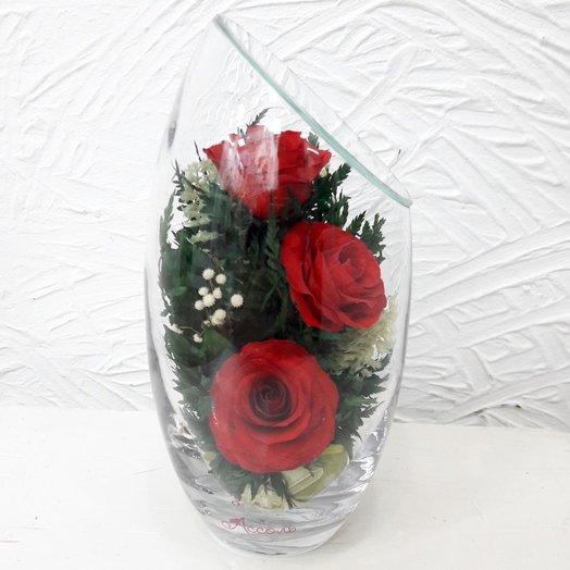 Краснын розы в васокой вазе
