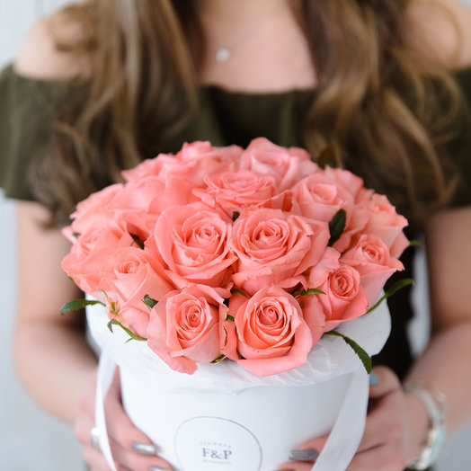 Средняя коробка с розовыми розами: букеты цветов на заказ Flowwow