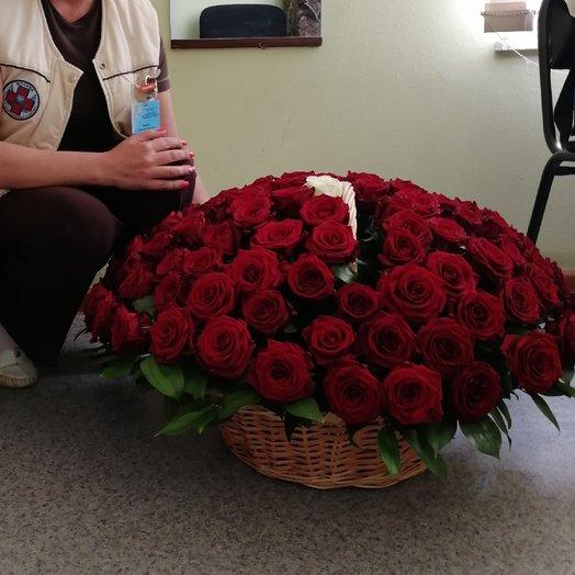 100 роз в корзине