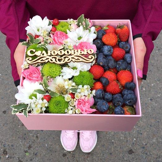 Коробочка с цветами и ягодами: букеты цветов на заказ Flowwow