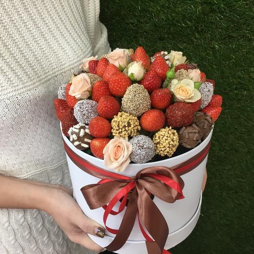 Коробка с клубникой в шоколаде и розами
