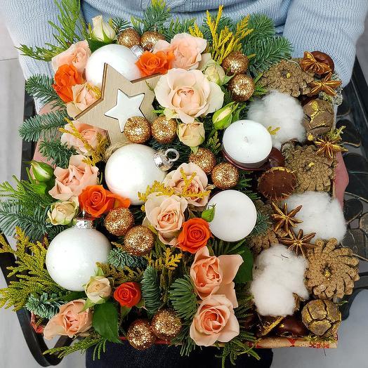Новогодняя композиция с кустовыми розами, хлопком, шишками: букеты цветов на заказ Flowwow