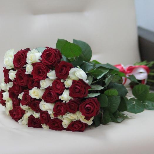51 красная и белая роза 60 см: букеты цветов на заказ Flowwow