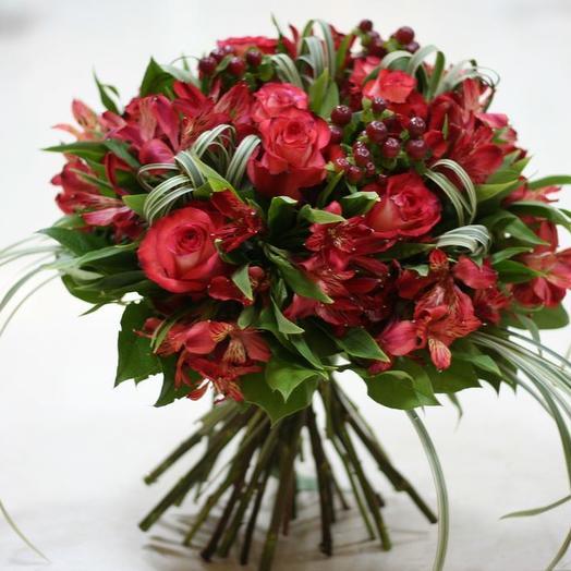 Букет из розы, альстромерии и геперикума: букеты цветов на заказ Flowwow