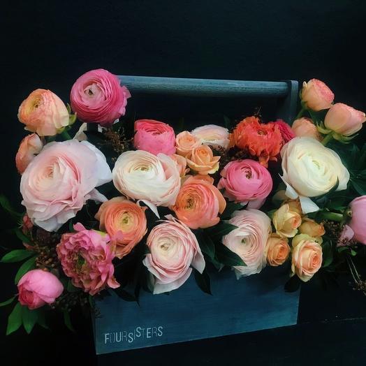 Большой ящик с ранункулюсами: букеты цветов на заказ Flowwow