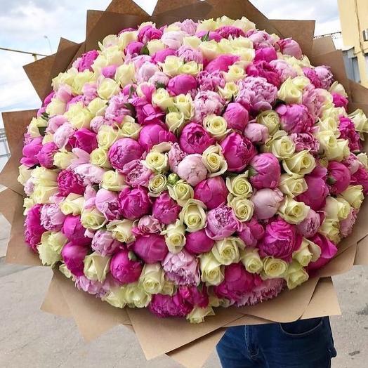 Букет с розами и пионами: букеты цветов на заказ Flowwow