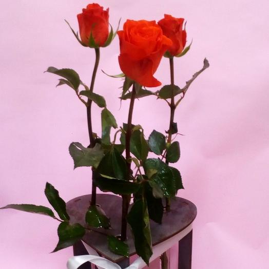 Розы в колбах на деревянной подставке: букеты цветов на заказ Flowwow