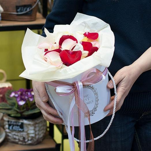 Лепестки роз в коробке: букеты цветов на заказ Flowwow