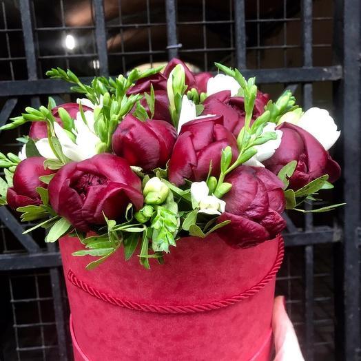 Шляпная коробка с пионами и фрезией: букеты цветов на заказ Flowwow